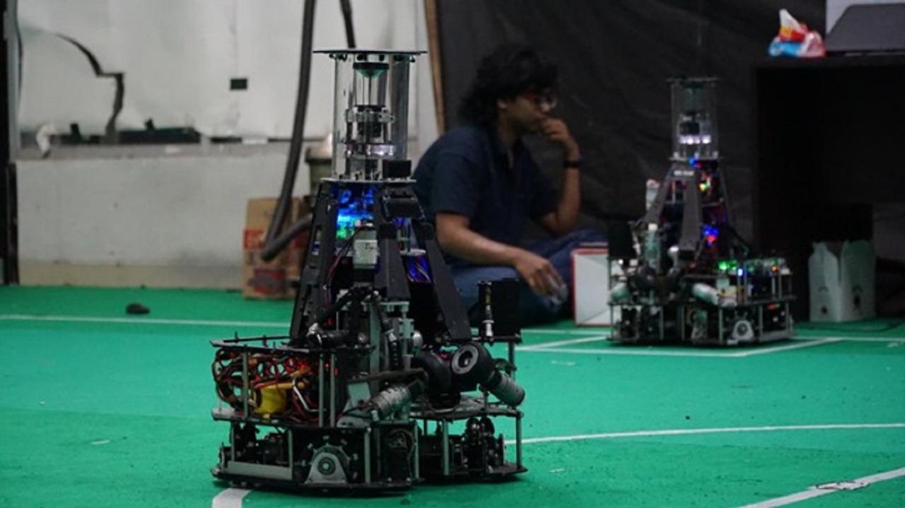 Tim IRIS ITS mempersiapkan dan mengecek kondisi robotnya yang siap berlaga di kategori Middle-Size League, RoboCup 2021 Worldwide
