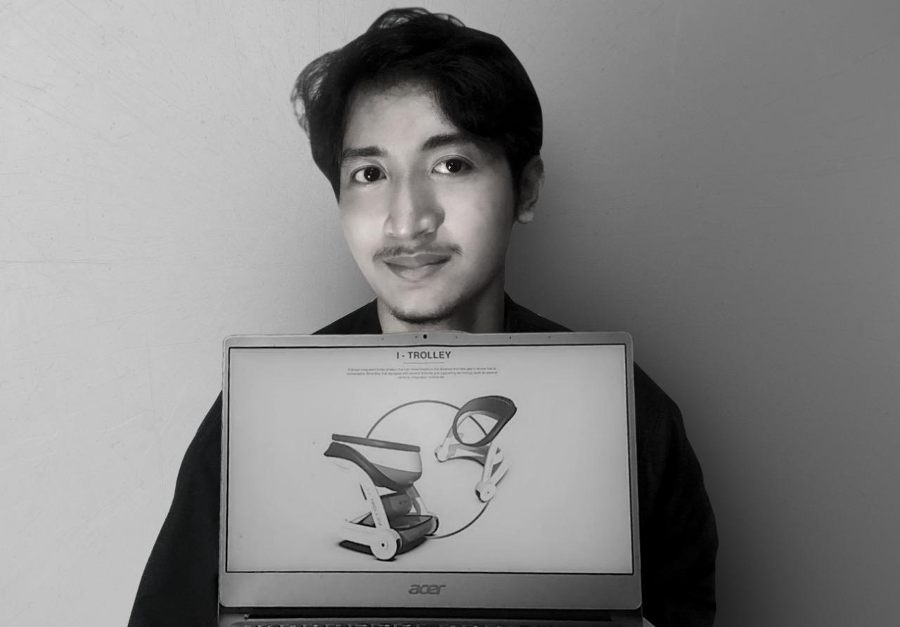 Mahasiswa Desain Produk Industri ITS, Muhammad Rumi Latif Abdullah, menunjukkan I-Trolley rancangannya