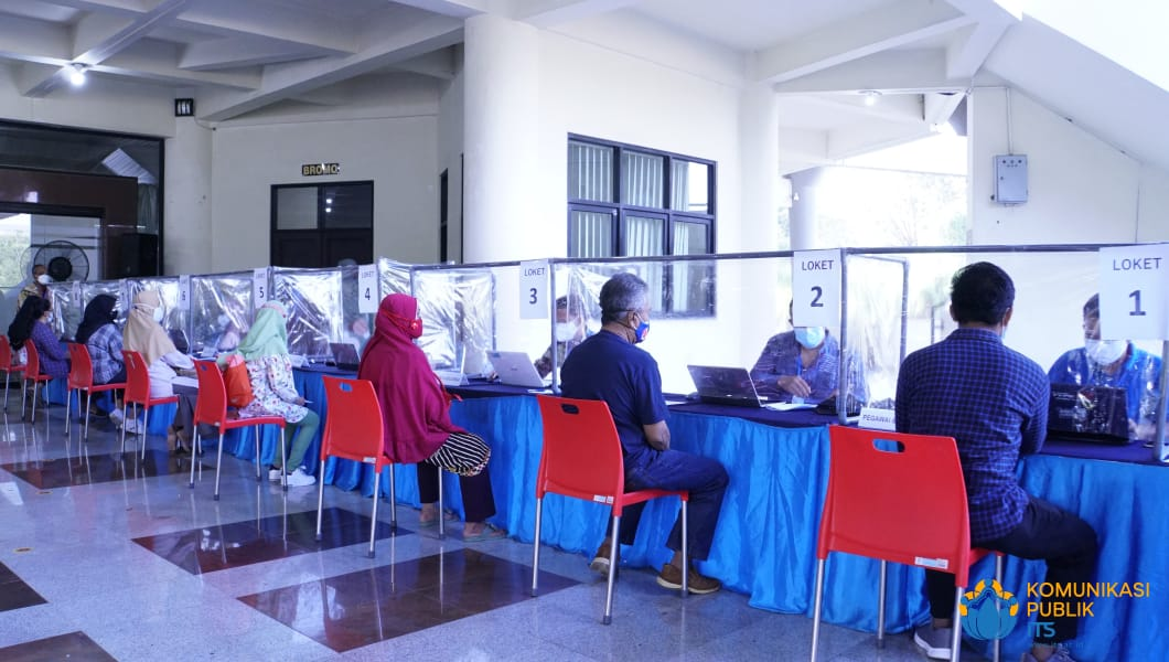 Para peserta vaksinasi di ITS yang sedang menjalani cek kelengkapan berkas terlebih dulu