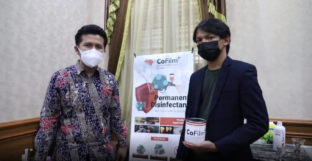 Ketua tim proyek CoFilm ITS Royyan Wafi (kanan) bersama Wakil Gubernur Jawa Timur Emil Elestianto Dardak