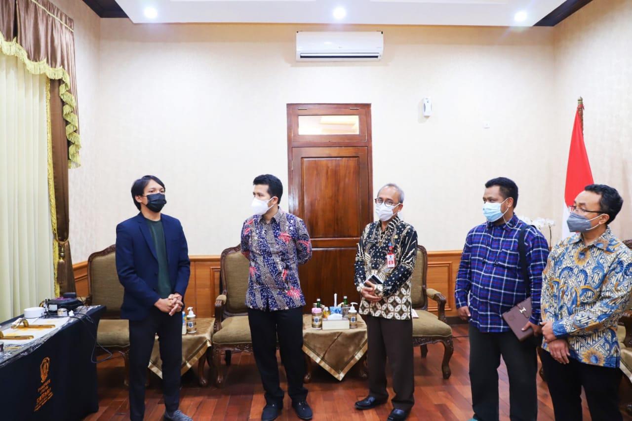 (dari kiri) Tim CoFilm Royyan Wafi, Wagub Jatim Emil Elestianto Dardak, Kepala Balitbang Provinsi Jatim Anom Surahno, Tim CoFilm Nuryadi, dan Tim CoFilm Agung Purniawan
