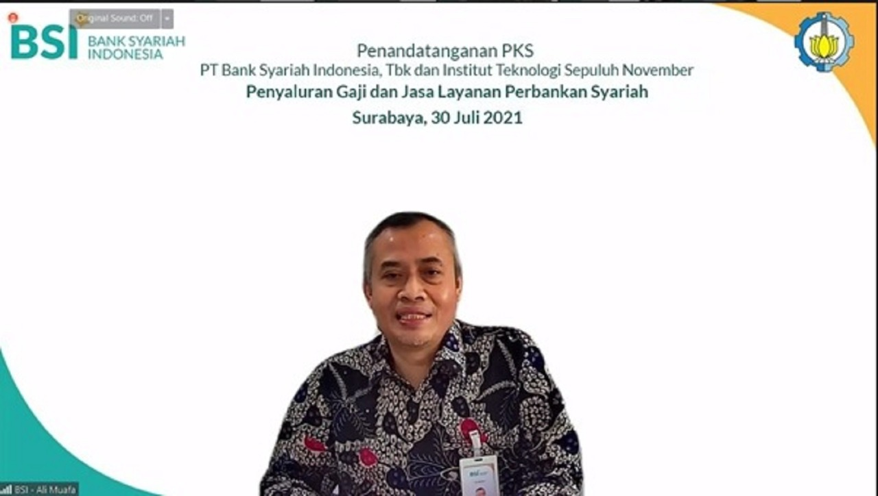 Regional BSI CEO for Region Office IX Surabaya Ali Muafa delivering his remarks at the PKS signing event between ITS and Bank Syariah Indonesia (BSI)