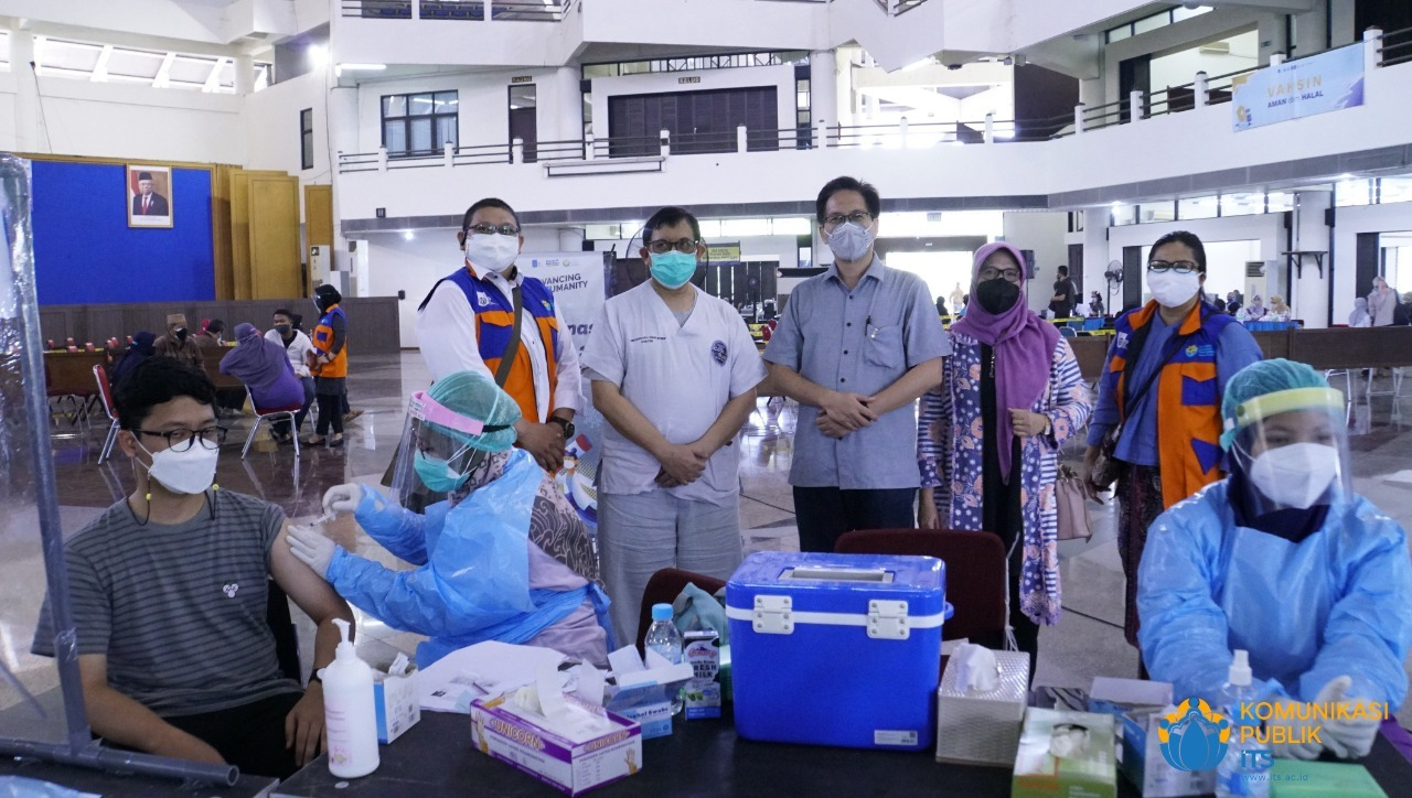Rektor ITS Prof Dr Ir Mochamad Ashari MEng (berdiri tengah) bersama Satgas Covid-19 ITS dan tenaga medis RSUA meninjau pelaksanaan vaksinasi di ITS