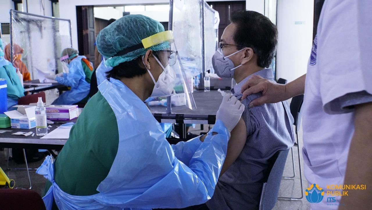 Rektor ITS Prof Dr Ir Mochamad Ashari MEng saat mendapat suntikan vaksin Sinovac dosis pertama