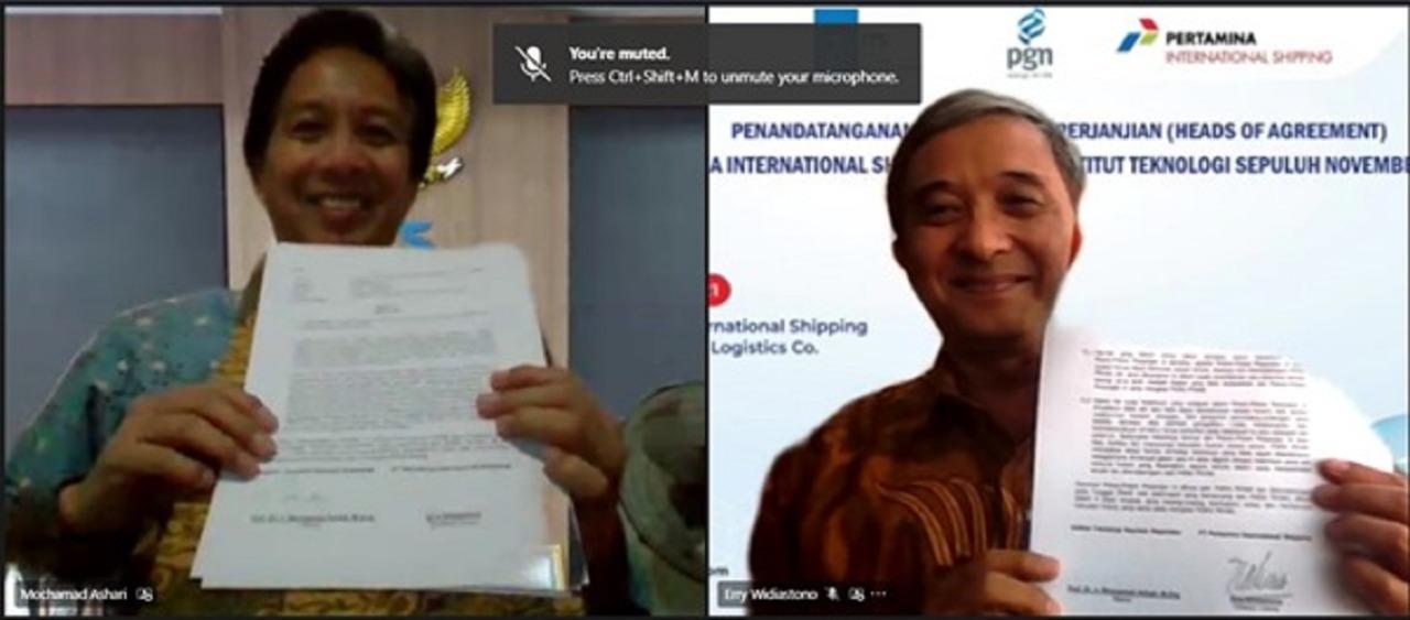 Rektor ITS Prof Dr Ir Mochamad Ashari MEng (frame kiri) dan Direktur Utama PT Pertamina International Shipping Erry Widiasto saat menunjukkan naskah HoA usai ditandatangani