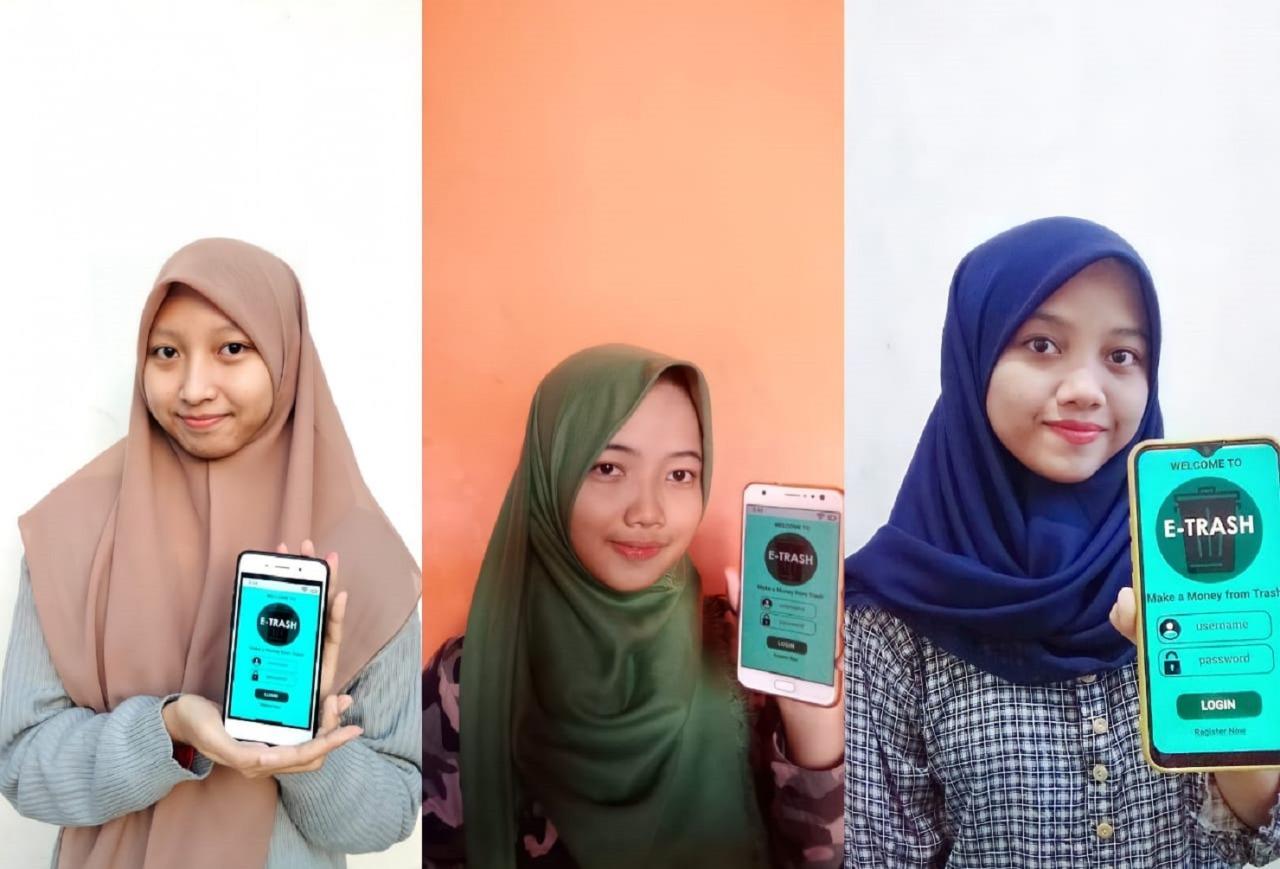 (dari kiri) Latifatul Fajriyah, Intan Mey Setyaningrum, dan Fadhila Rosyidatul 'Arifah menunjukkan aplikasi E-Trash