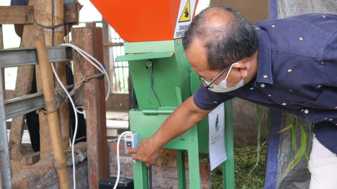 Mesin pencacah rumput bertenaga listrik hasil modifikasi Tim KKN Abmas ITS