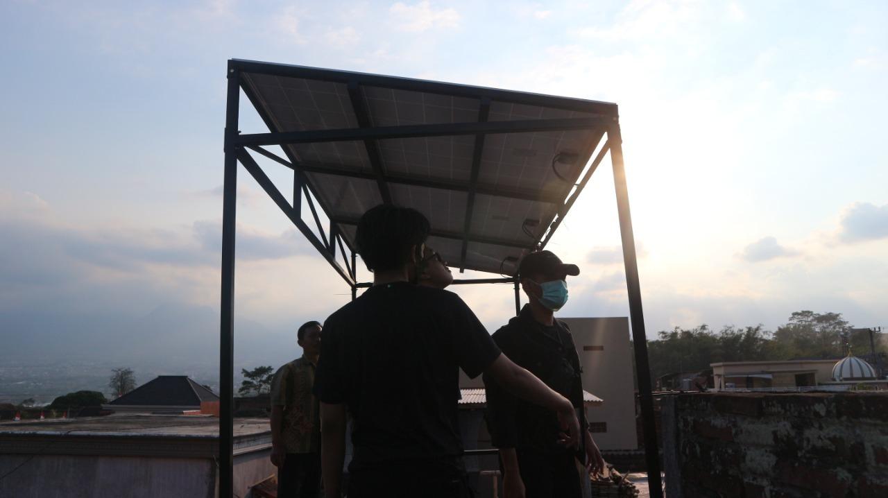 On-grid photovoltaic yang disusun paralel oleh Tim KKN Abmas ITS sebagai penyuplai energi bagi peternakan di Kecamatan Karangploso, Kabupaten Malang