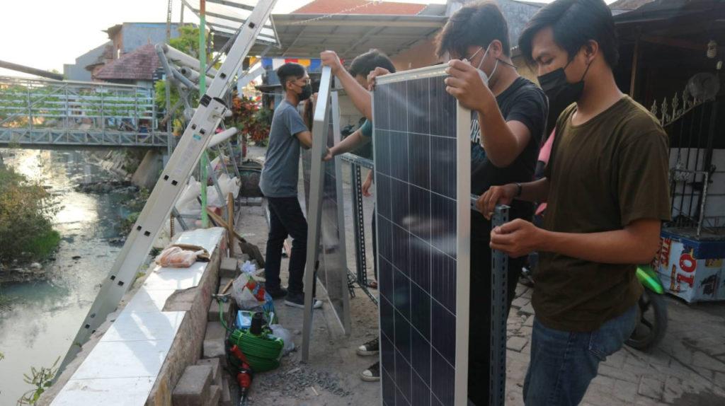 Proses perakitan alat Automatic Solar Hidroponik rancangan tim KKN Abmas ITS