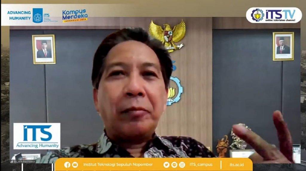 Rektor ITS Prof Dr Ir Mochamad Ashari MEng saat meresmikan dan sambutan dalam launching Program Kredensial Mikro Mahasiswa Indonesia 2021
