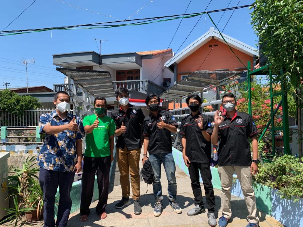 Tim KKN Abmas ITS usai melakukan hibah alat ke Kampung Hidroponik Simomulyo, Surabaya