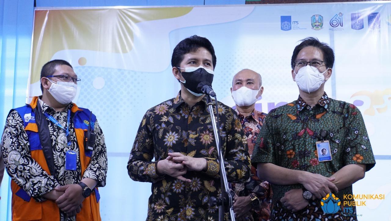 Wakil Gubernur Jawa Timur Dr H Emil Elestianto Dardak BBus MSc (tengah) memberikan sambutan saat meninjau pelaksanaan vaksinasi di Graha Sepuluh Nopember ITS