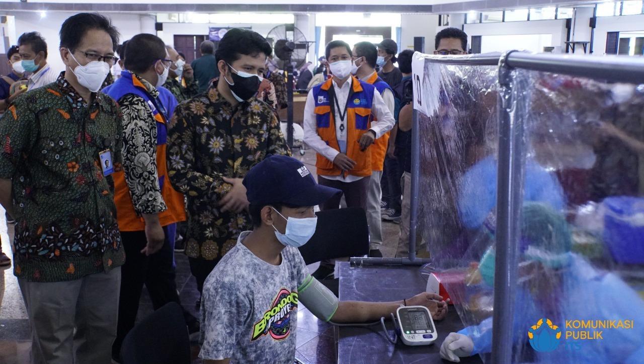 Wakil Gubernur Jawa Timur (Wagub Jatim) Dr H Emil Elestianto Dardak BBus MSc didampingi Rektor ITS Prof Dr Ir Mochamad Ashari saat meninjau langsung proses vaksinasi ITS hari kedua