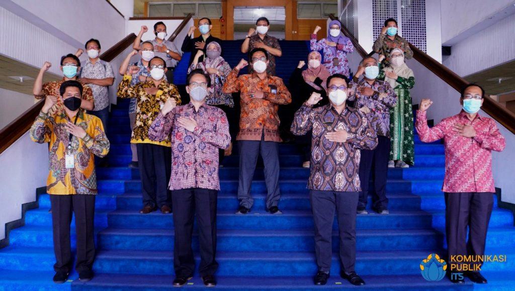 Foto bersama Rektor ITS Prof Dr Ir Mochamad Ashari MEng, para pimpinan BPS Jawa Timur, serta jajaran pimpinan ITS lainnya