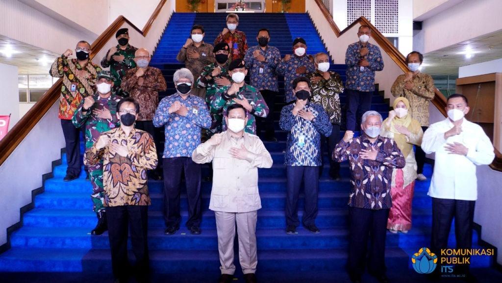 Foto bersama seluruh pejabat yang menghadiri penandatanganan antara ITS dengan Kementerian Pertahanan RI di Gedung Rektorat ITS