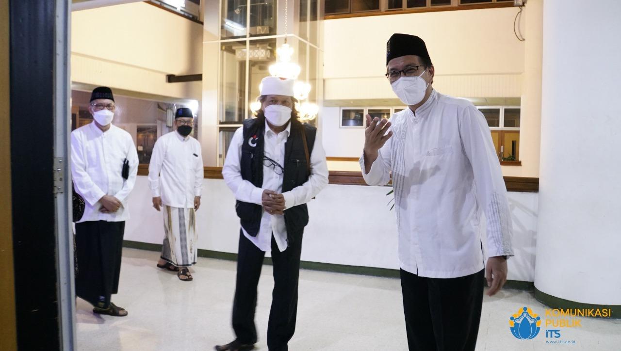 Emha Ainun Najib (berompi) disambut Rektor ITS Prof Dr Ir Mochamad Ashari MEng (kanan) saat singgah ke Rektorat ITS sebelum dimulai acara kajian