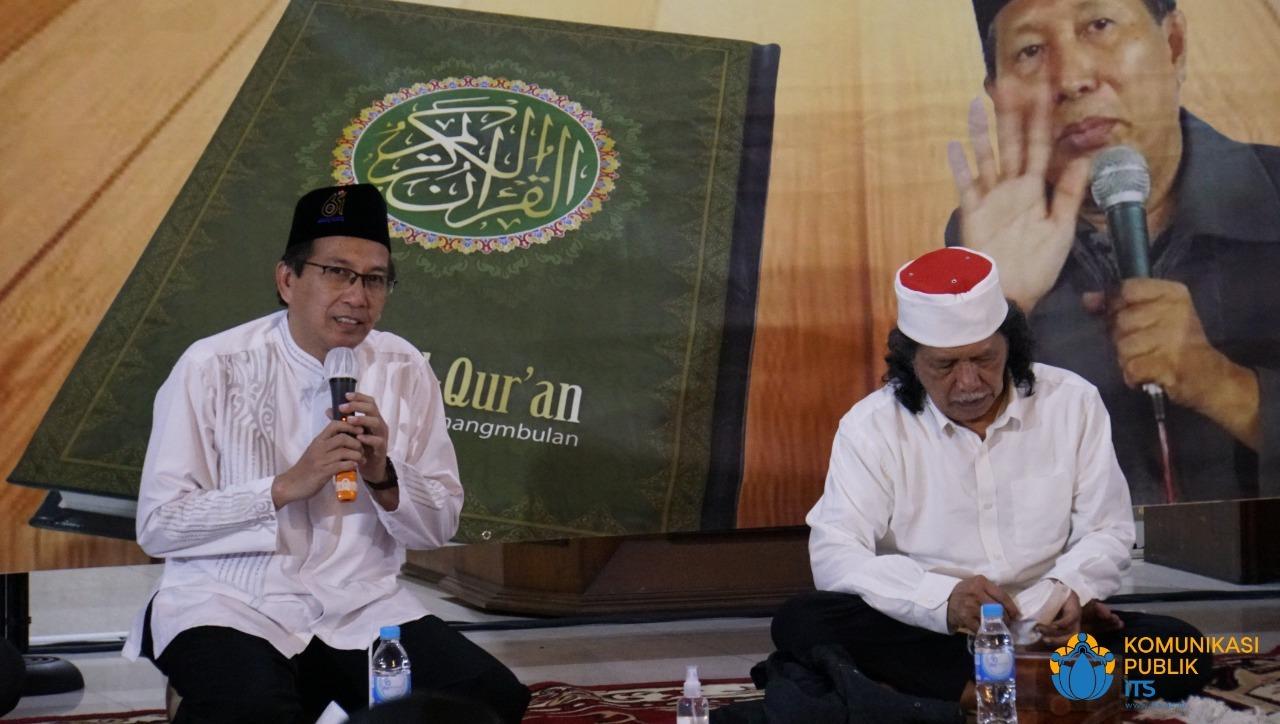 Rektor ITS Prof Dr Ir Mochamad Ashari MEng (kiri) bersama Emha Ainun Najib (Cak Nun) ketika memberikan sambutan dalam Kajian Mushaf Tadabbur Maiyah di Masjid Manarul Ilmi ITS