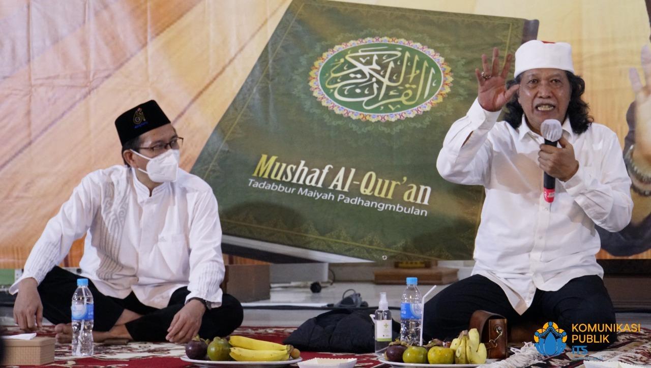 Emha Ainun Najib (kanan) saat memberikan paparan Kajian Mushaf Tadabbur Maiyah di Masjid Manarul Ilmi ITS