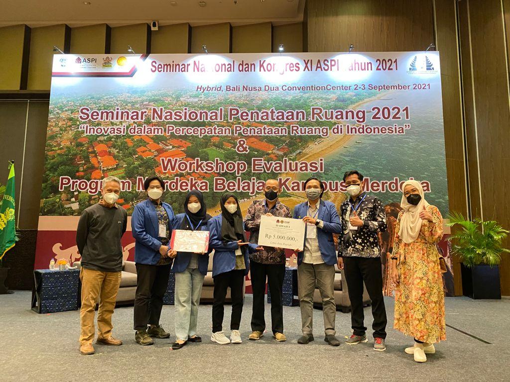 Ketua ASPI Dr Sc Agr Iwan Rudiarto ST MSc (empat dari kanan) bersama Tim DK-01 PWK ITS usai penyerahan penghargaan yang dilaksanakan di Bali Nusa DuaConvention Center