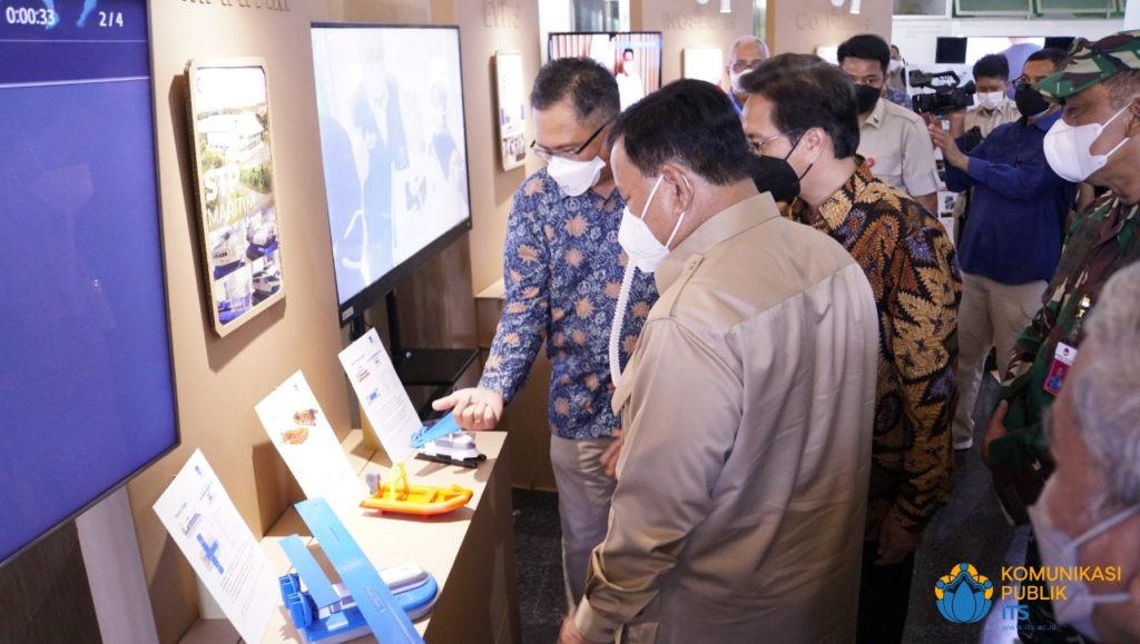 Menteri Pertahanan RI Letjen TNI (Purn) Prabowo Subianto yang tertarik melihat berbagai inovasi karya ITS yang dipamerkan