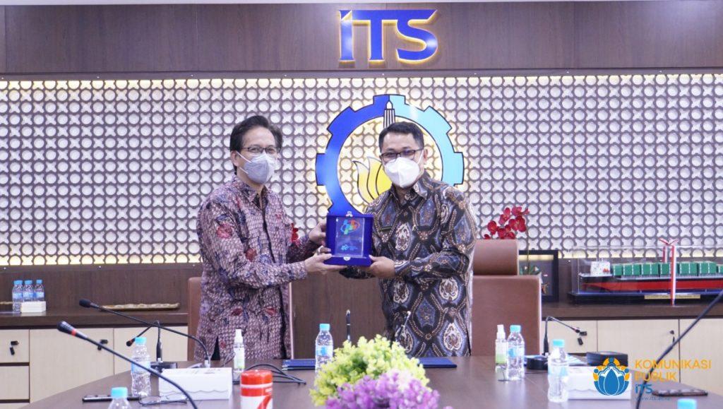 Penyerahan cinderamata oleh Kepala BPS Jawa Timur Drs Dadang Hardiwan SSi MSi (kanan) kepada Rektor ITS Prof Dr Ir Mochamad Ashari MEng