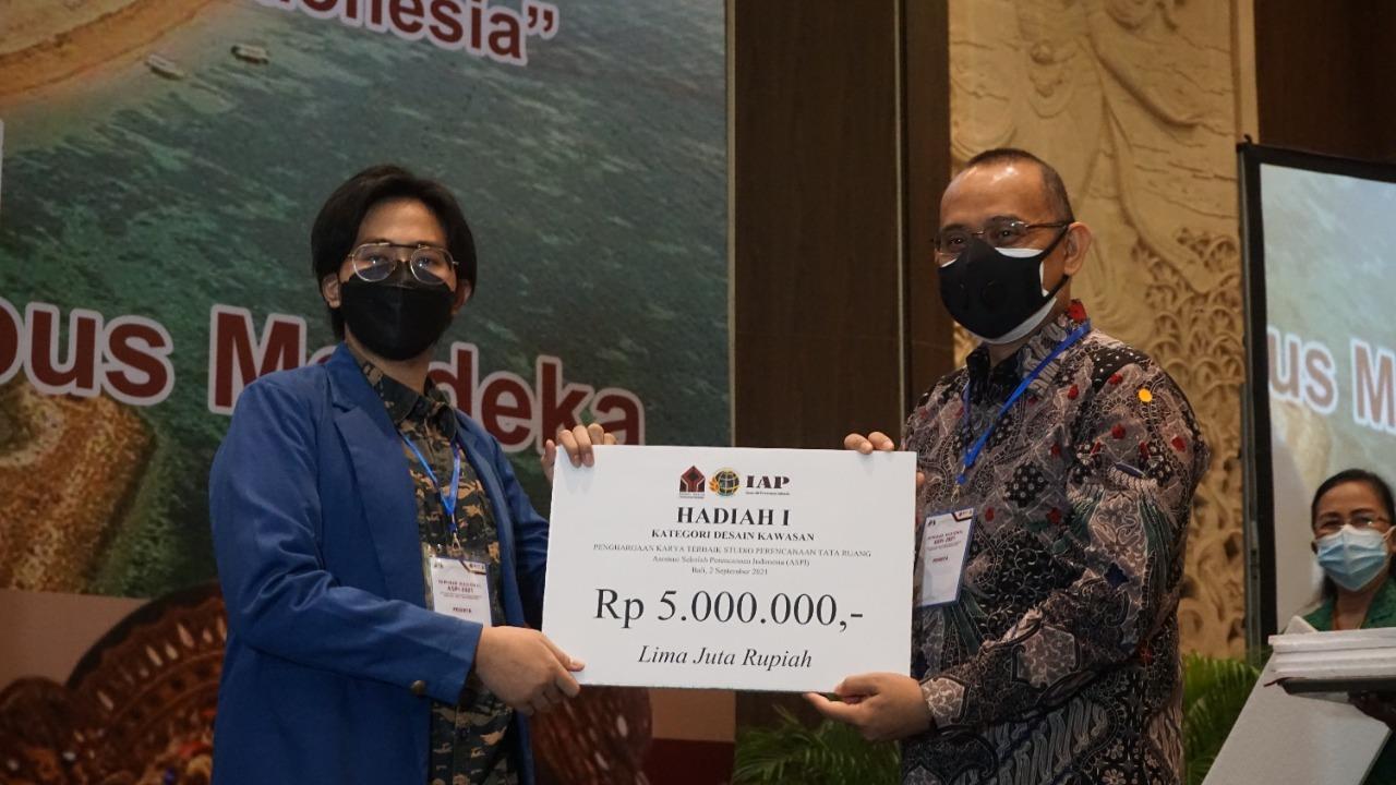 Penyerahan penghargaan oleh Ketua ASPI Dr Sc Agr Iwan Rudiarto ST MSc (kanan) kepada Ahimsa Fabiansa selaku ketua Tim DK-01 PWK ITS