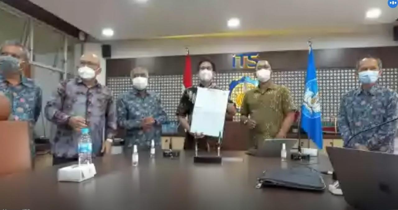 Rektor ITS Prof Dr Ir Mochamad Ashar MEng (ketiga dari kanan) menunjukkan naskah MoU dengan Sun Cable yang telah ditandatangani