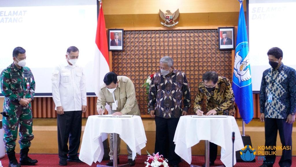 Rektor ITS Prof Dr Ir Mochamad Ashar MEng (meja kanan) dan Menteri Pertahanan Letjen TNI (Purn) Prabowo Subianto (meja kiri) menandatangani MoU disaksikan oleh Ketua MWA ITS Prof Dr M Nuh
