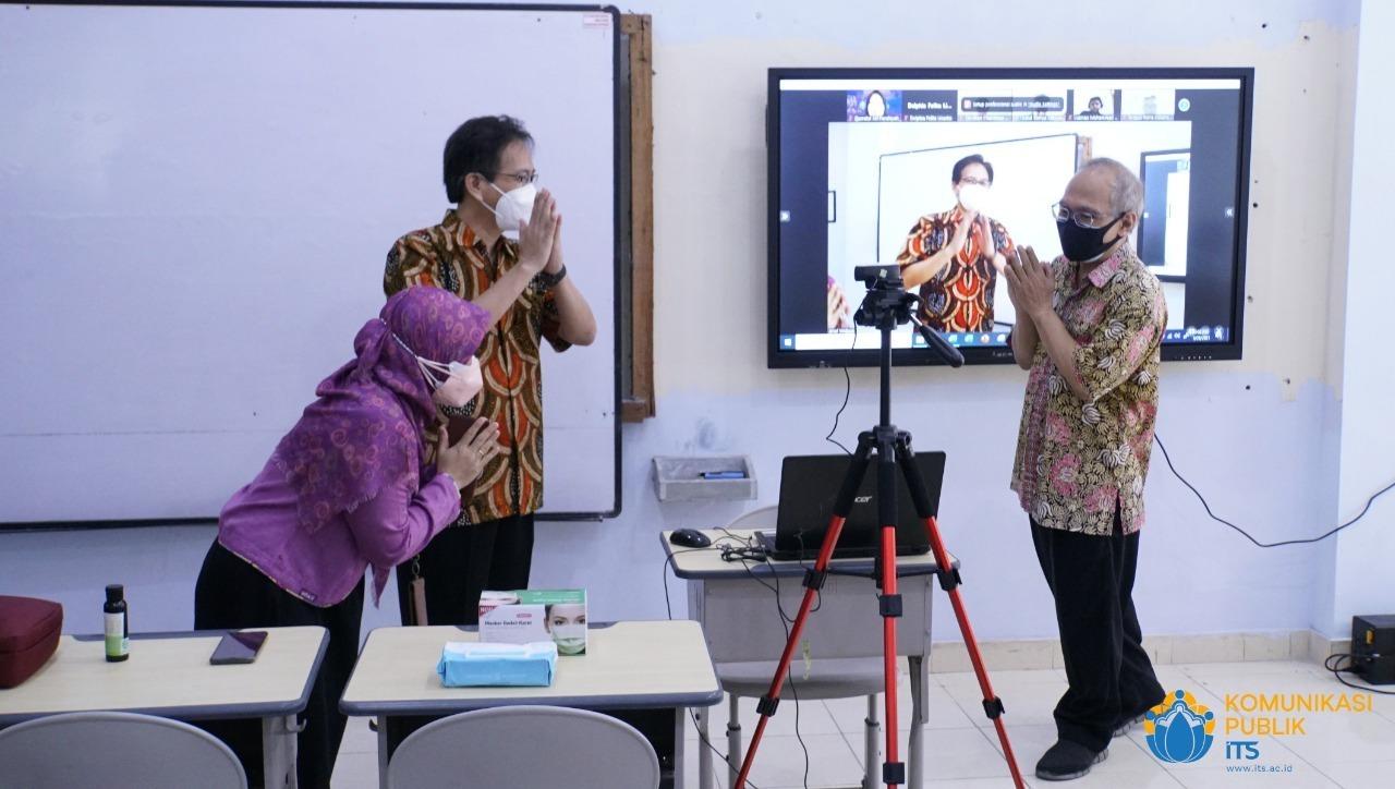 Rektor ITS Prof Dr Ir Mochamad Ashari MEng menyapa secara virtual para peserta perkuliahan hybrid yang hadir daring di Departemen Teknik Kimia ITS