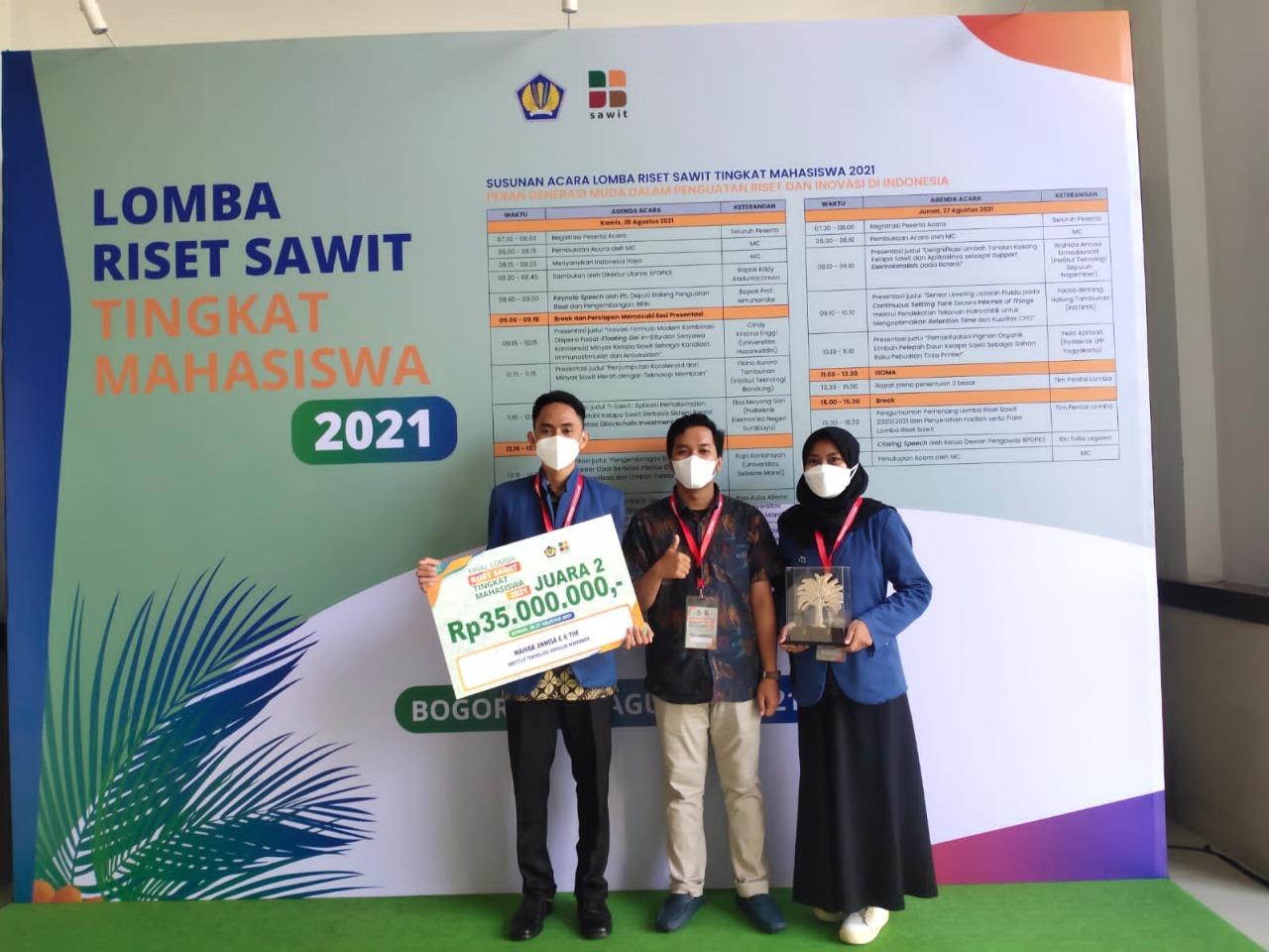 Tim Departemen Kimia ITS dengan plakat hadiah setelah meraih juara dua di Lomba Riset Sawit 2021