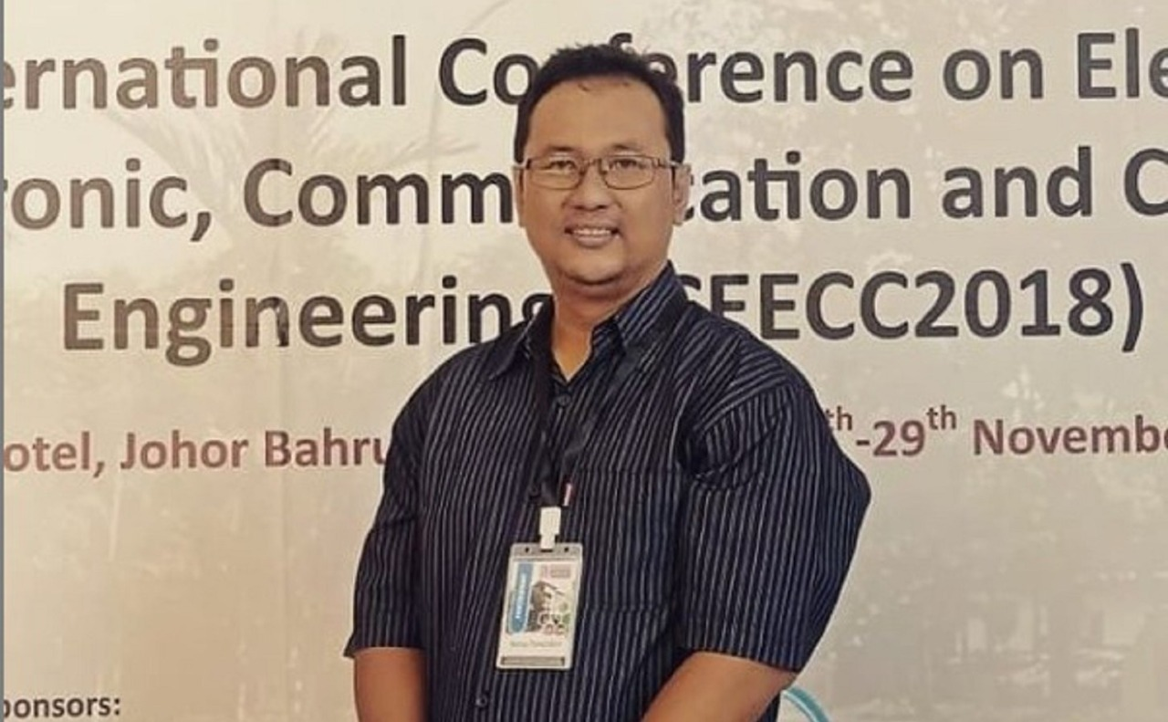 Wahyu Pamungkas, a new doctor from the Department of Electrical Engineering ITS who initiated a method of mitigating the Doppler effect on the V2V channel through the detection of coherence time parameters