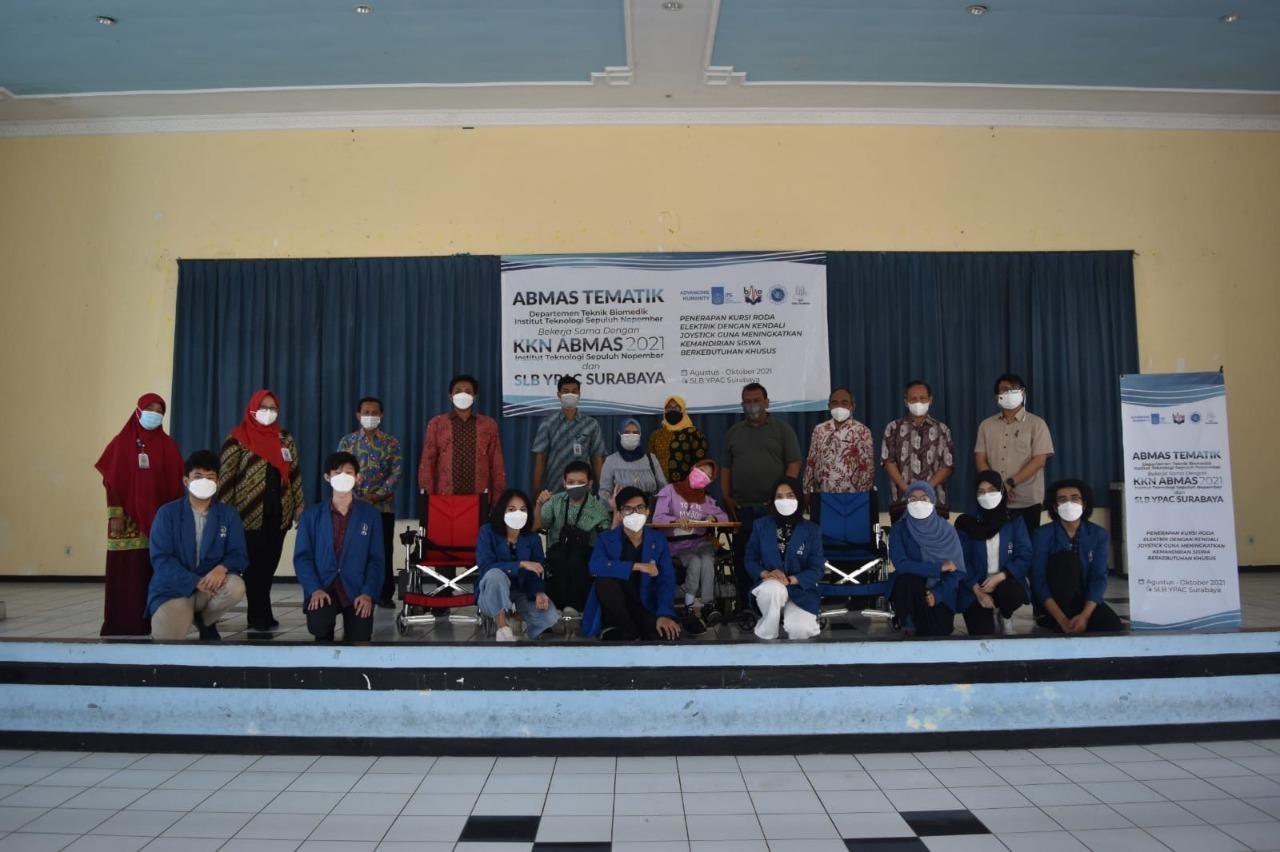 Tim KKN Abmas ITS bersama para guru dan siswa SLB YPAC Surabaya usai pelatihan dan sosialisasi kursi roda elektrik