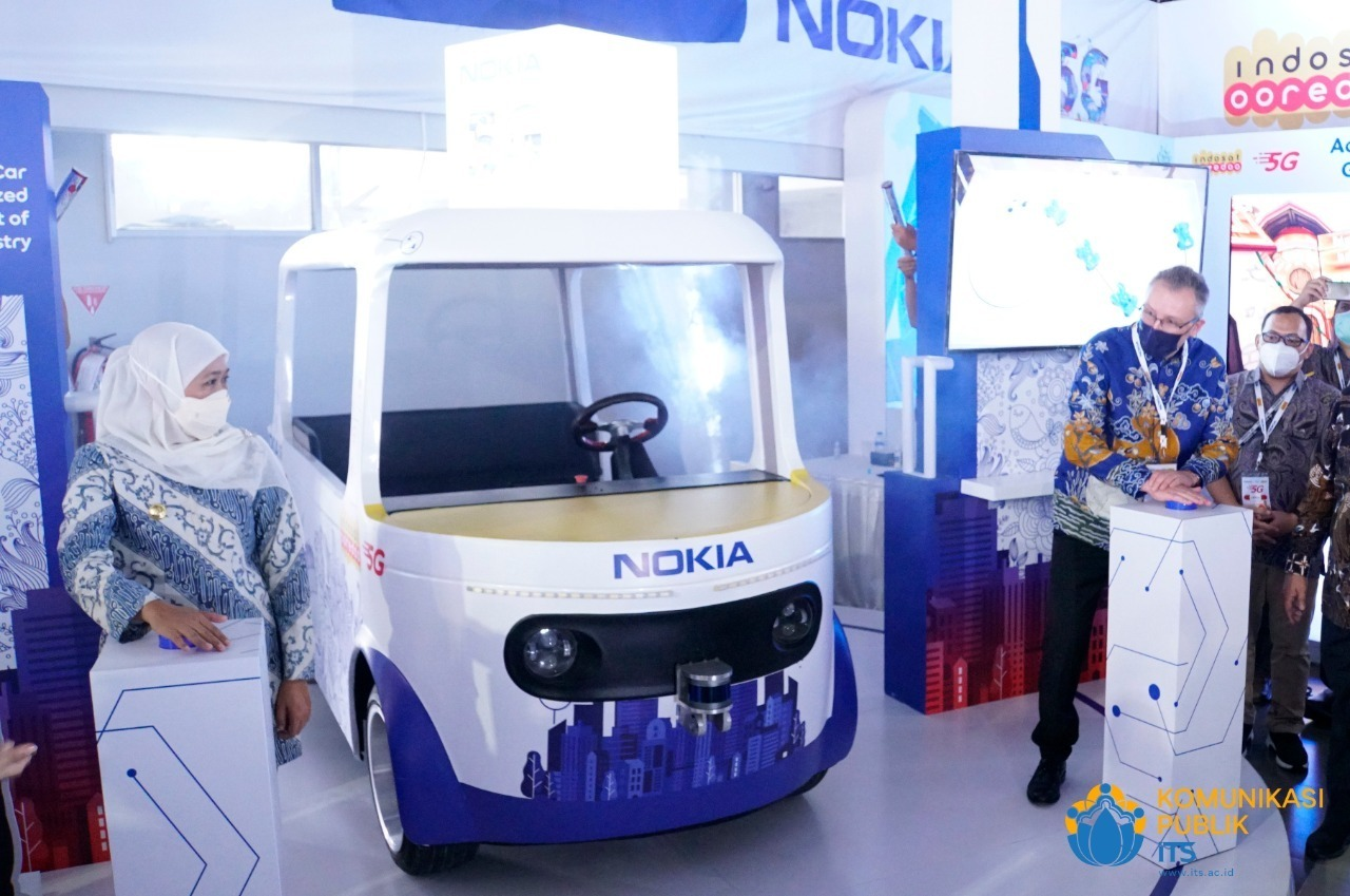 Gubernur Jatim Khofifah Indar Parawansa (kiri) melihat langsung inovasi autonomous vehicle ITS yang memanfaatkan jaringan 5G