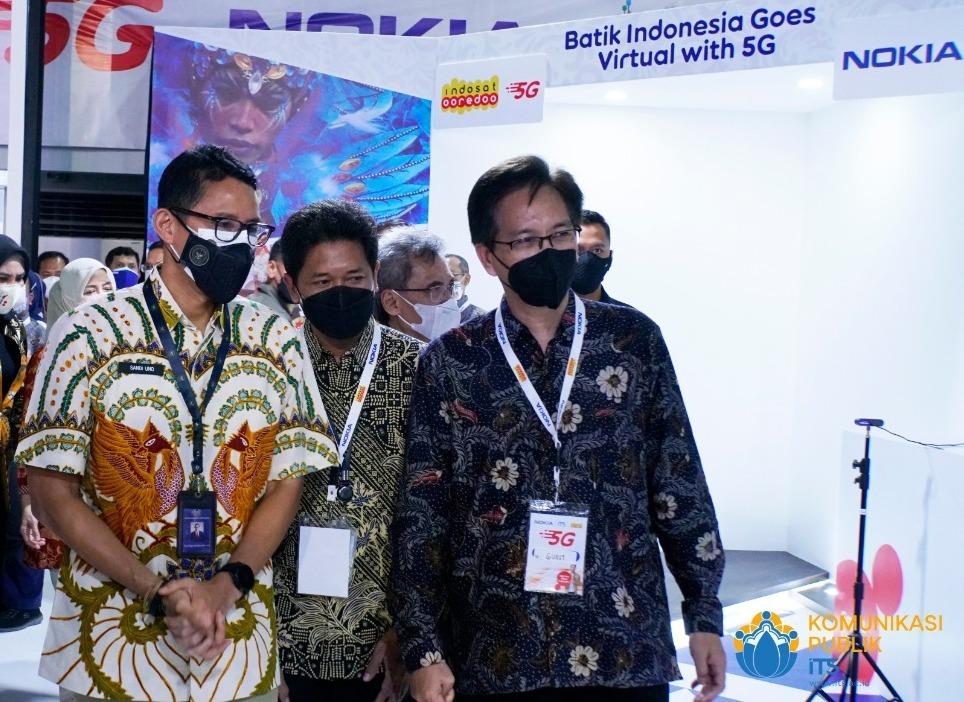 (dari kiri) Menparekraf Sandiaga Salahuddin Uno, Wakil Rektor IV ITS Bambang Pramujati, dan Rektor ITS Mochamad Ashari meninjau langsung ruang pameran teknologi yang memanfaatkan jaringan 5G
