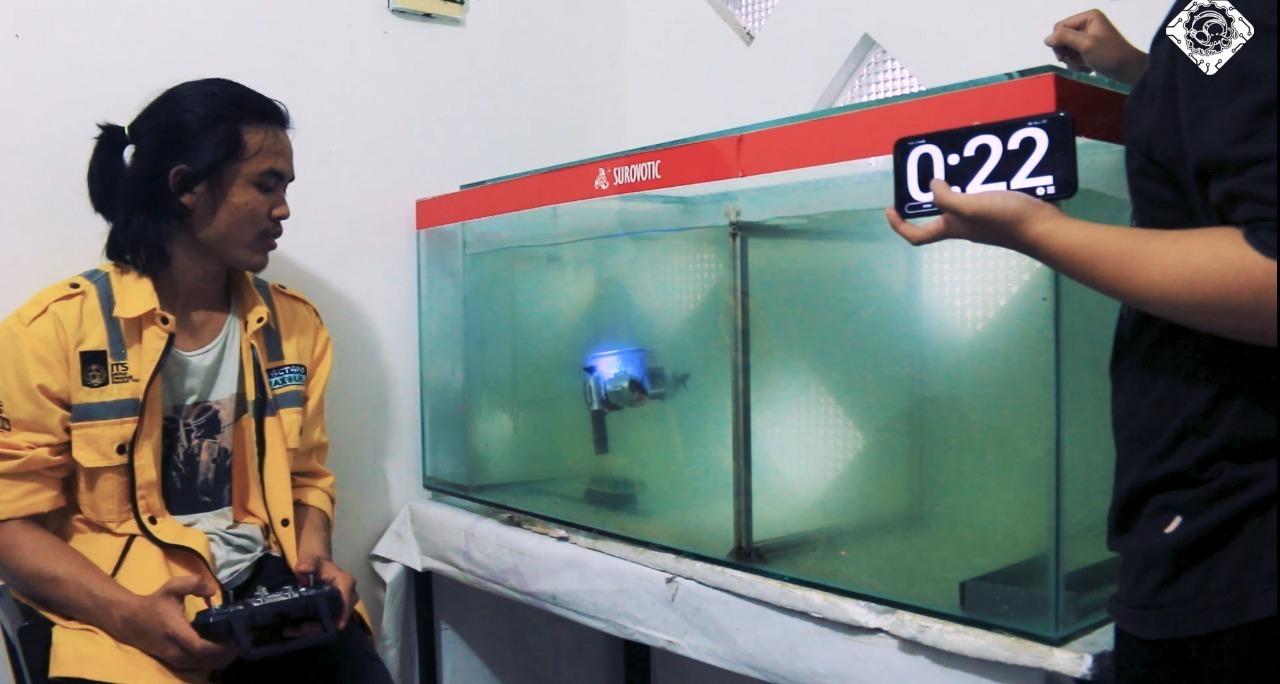 Robot Sea Wasp dari Tim Banyubramanta ITS saat demo memindahkan kelereng di dalam akuarium