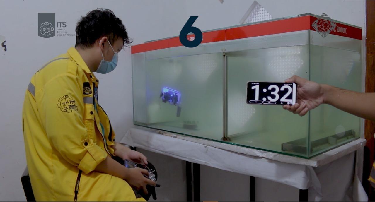 Robot Glaucus Atlanticus saat demo memindahkan kelereng di dalam akuarium