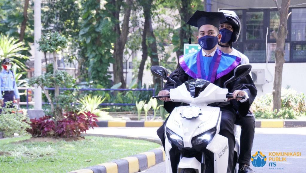Lukman Ali, wisudawan dari Departemen Manajemen Bisnis yang hadir secara drive thru dengan mengendarai motor listrik ITS GESITS pada Wisuda ke-124 ITS