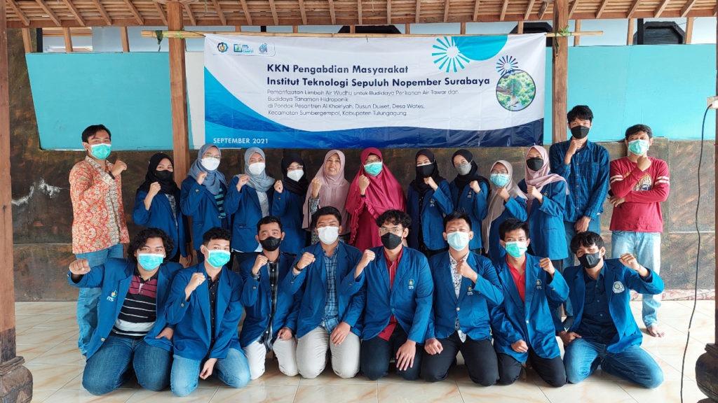 Tim KKN Abmas ITS bersama pengurus Pondok Pesantren Al Khoiriyah di Kabupaten Tulungangung setelah penutupan KKN dan serah terima alat