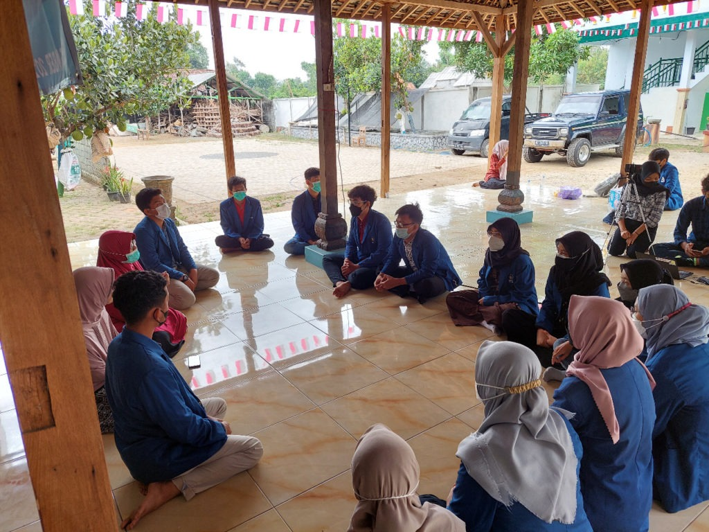 Tim KKN Abmas ITS saat melaksanakan pembukaan kegiatan bersama perwakilan Pondok Pesantren Al Khoiriyah, Tulungagung