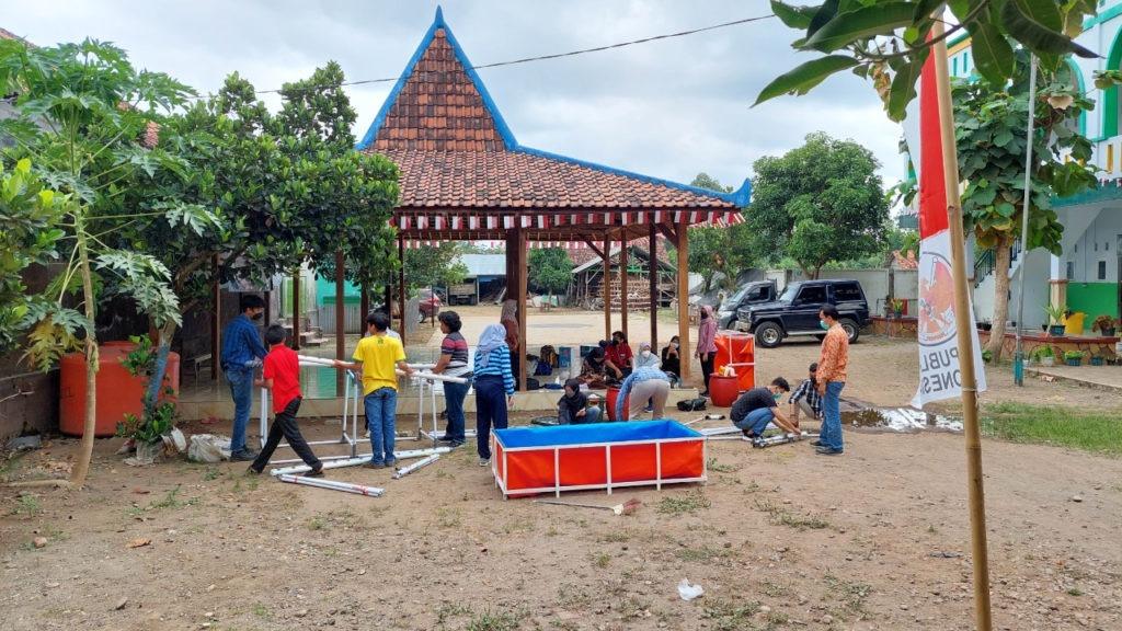 Proses perakitan alat pemanfaatan limbah air wudhu untuk budidaya perikanan dan hidroponik yang dilakukan tim KKN Abmas ITS di Kabupaten Tulungangung