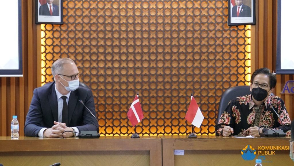 Duta Besar Denmark untuk Indonesia Lars Bo Larsen (kiri) dan Rektor ITS Prof Dr Ir Mochamad Ashari MEng membahas sektor kerja sama ITS-Denmark
