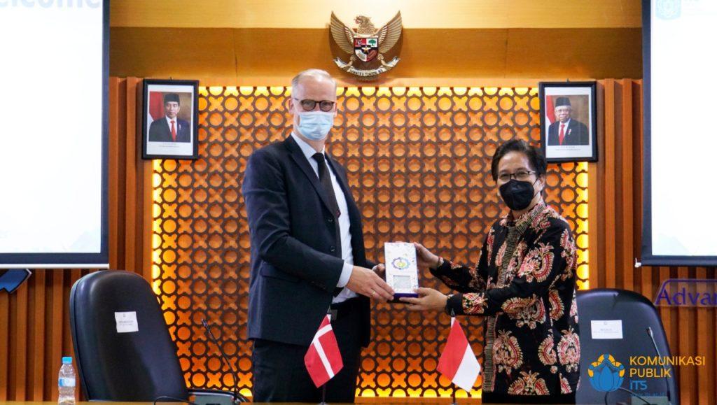 Penyerahan cinderamata oleh Rektor ITS Prof Dr Ir Mochamad Ashari MEng (kanan) kepada Duta Besar Denmark untuk Indonesia Lars Bo Larsen