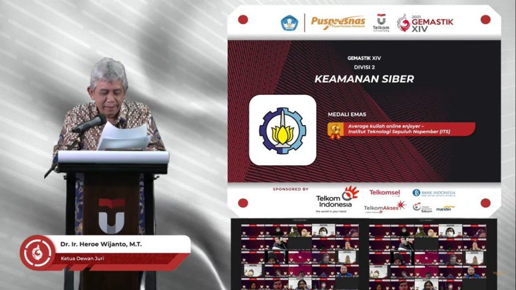 Tim Average Kuliah Online Enjoyer ITS saat diumumkan sebagai peraih medali emas kategori perlombaan Keamanan Siber pada Gemastik XIV