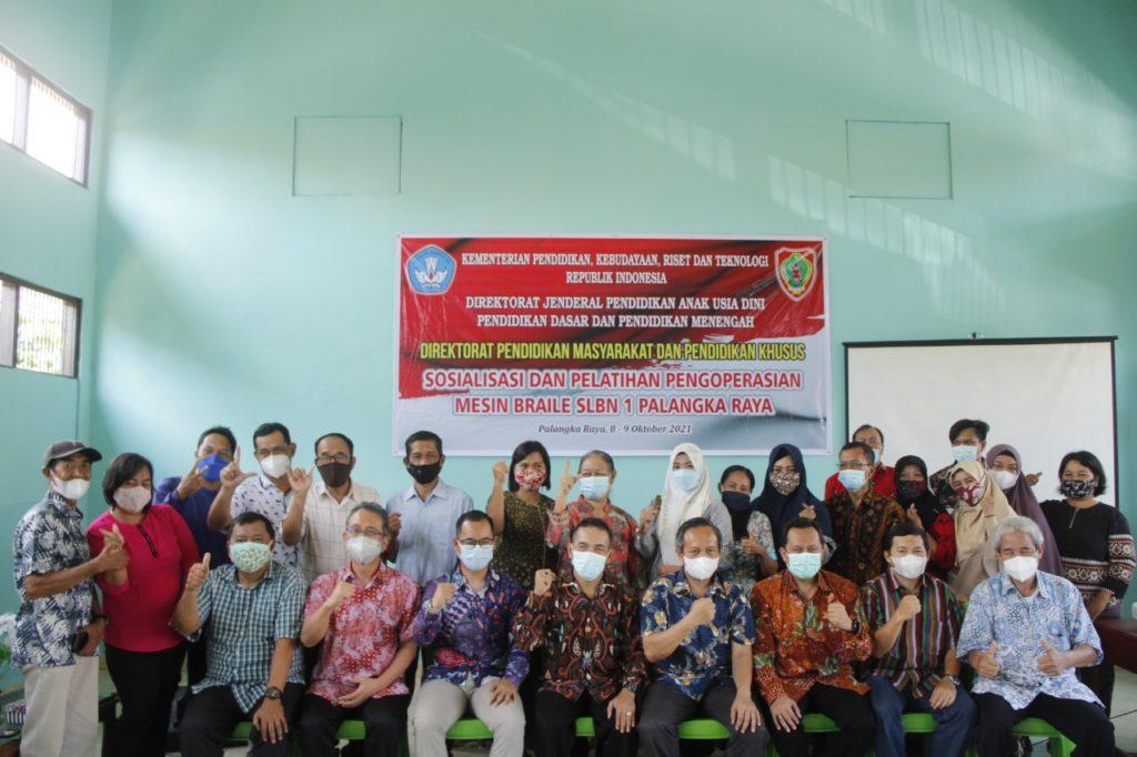 Foto bersama Tim Riset Braille ITS dengan tenaga didik SLBN 1 Palangkaraya serta perwakilan Direktorat PMPK