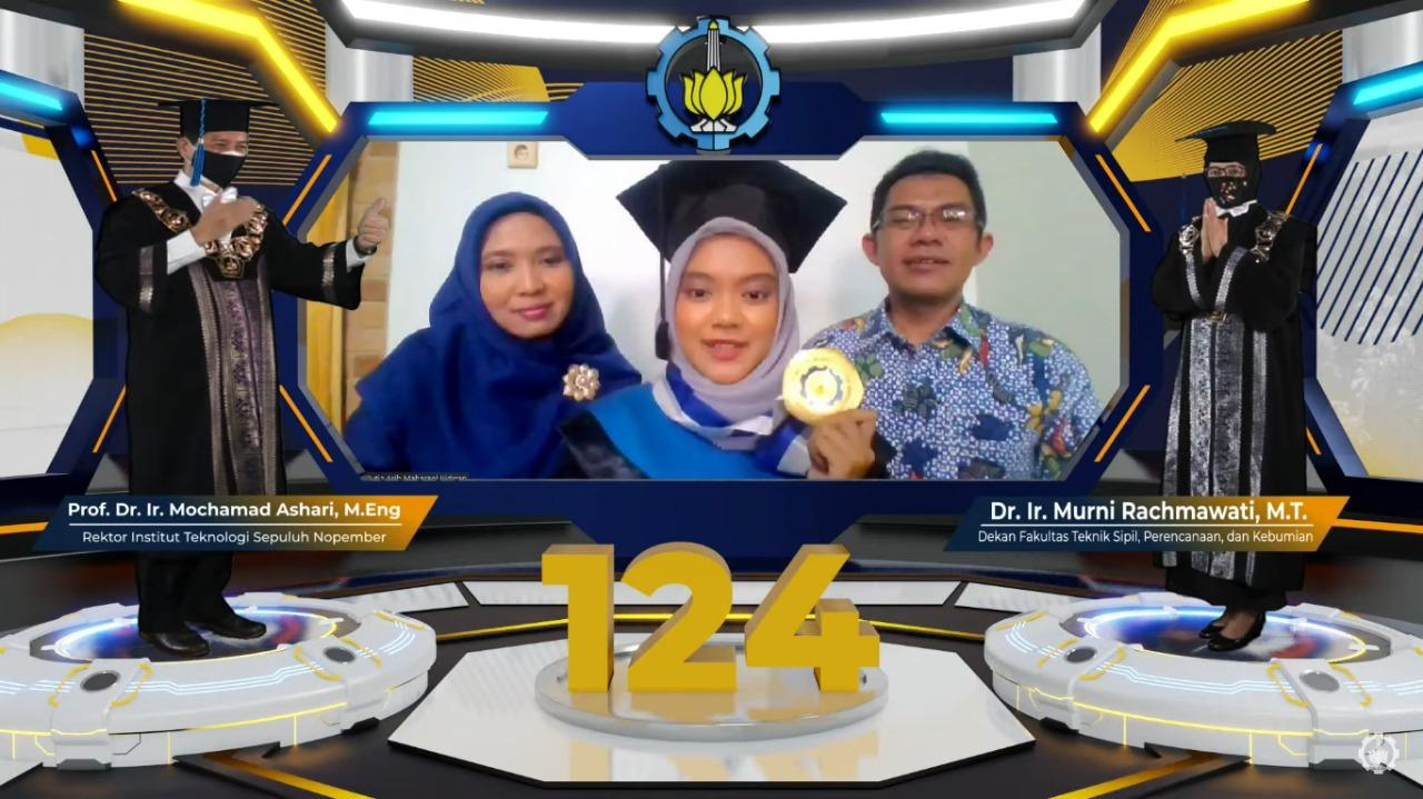 Wisudawan dari Departemen Perencanaan Wilayah dan Kota ITS R Aj Mutia Arih Maharani Ridwan yang mengikuti Wisuda ITS ke-124 secara daring